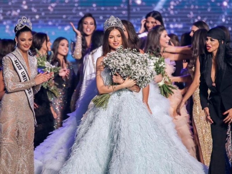 Maya Reaidy (C) poses after winning the Miss Lebanon 2018 beauty pageant. Photo / EPA