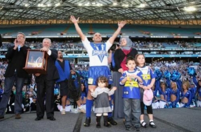 Hazem El Masri acknowledges the crowd after the round 25 NRL match between the Bulldogs and the Warriors at ANZ Stadium on August 30, 2009 in Sydney, Australia