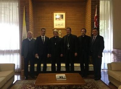 السفير البابوي في كانبيرا كرم القائم بأعمال سفارة لبنان وقلده ميدالية البابا فرنسيس